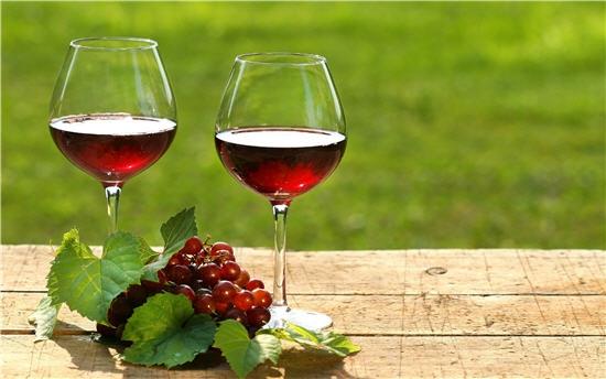 Nên dùng ly pha lê hay ly thủy tinh khi uống rượu vang? 1