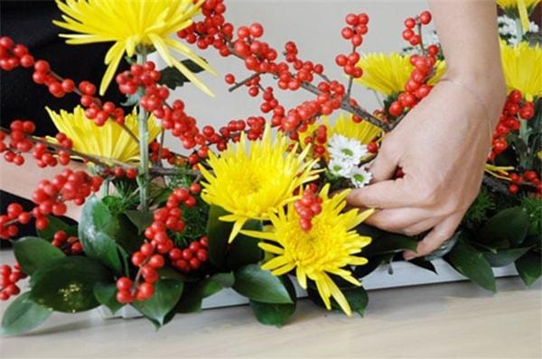 Hướng dẫn cách cắm hoa đơn giản mà sang trọng với lọ hoa pha lê 1