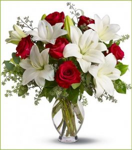 Hướng dẫn cách cắm hoa đơn giản mà sang trọng với lọ hoa pha lê