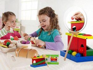 Những món đồ chơi hình khối bằng nhựa, bằng gỗ…đủ mọi kích cỡ khuyến khích bé xây dựng