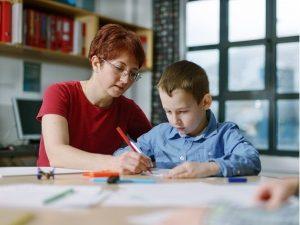 Tập tô màu và điền từ giúp trẻ ghi nhớ cả cách viết cho trẻ