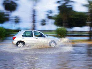 Khi trời mưa đi gần các xe cỡ lớn dễ bị tạt nước lên kính